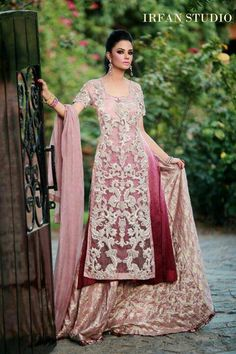 Love the way the shading on the kurta brings the embroidery into focus!