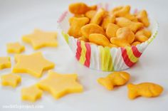 These four easy snack ideas for picky toddlers are simple to put together and they are versatile enough that you can use nearly any food with them. Nutritious Snacks, Easy Snacks, Healthy Snacks, Raw Food Recipes, Snack Recipes, Detox Recipes, Easy Recipes, Food Art Lunch, Toddler Snacks