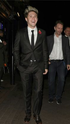 Niall in a suit! I'm dying can anyone call an ambulance... i can't even....