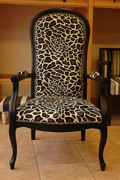 43 Fauteuil Voltaire Living Room Seating, Living Room Decor, Chaise Louis Xv, Wingback Chair, Sofa, Big Houses, Accent Chairs, Upholstery, Dining Chairs