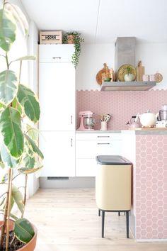 cuisine lumineuse imitation carrelage rose plante verte déco vintage Kitchen Tiles, Kitchen Flooring, Kitchen Decor, Kitchen Cabinets, Dirty Kitchen Design, Murs Pastel, Bathroom Floor Coverings, Deco Pastel, Hart House