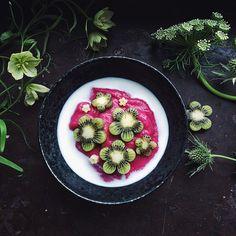 "Kiwi ""flowers"" on whipped semolina porridge"
