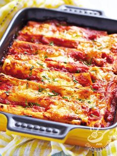 Cannelloni with meat sauce - Cannelloni al sugo di carne Seitan, Italian Cooking, Italian Recipes, Italian Foods, Meat Sauce, Ravioli, Macaroni And Cheese, Pizza, Healthy Recipes
