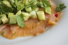 Gerookte zalm met avocado, komkommer, rode peper en limoendressing