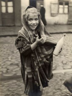 Roman Vishniac – Young girl returning from the store with a pot of soup and a bottle of milk, Lodz, ca. 1935-38