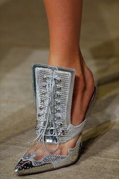 Obiettivo sandali. Da comprare, indossare o collezionare. Tanti i modelli da provare, tra new entry di stile o di materiale e shoes che ri