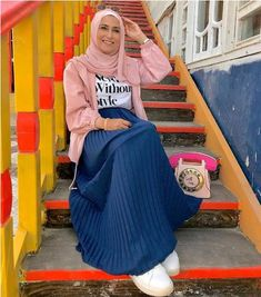 The pleated style has returned again this season, with its elegant tiny tucks, this beautiful style returned in maxi skirts and dresses. The pleated silk and Modest Outfits, Girl Outfits, Fashion Outfits, Muslim Fashion, Modest Fashion, Maxi Skirts For Women, Hijab Fashion Inspiration, Pleated Maxi, Mode Hijab