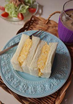 ふわふわなオムレツをサンドした、シンプルで優しい味わいの卵サンドです。休日のブランチにもぴったりですし、お子さんにも喜ばれるはずです。
