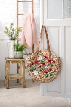 Diy Pochette, Diy Broderie, Marie Claire, Motif Floral, Mode Style, Straw Bag, Tote Bag, Crochet, Diy Bags