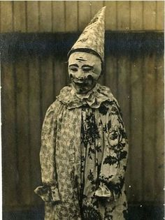 Creepy Vintage Halloween: 34 Old Photos of Clowns You Might Not Want to Meet at Night Retro Halloween, Halloween Fotos, Vintage Halloween Photos, Creepy Halloween, Halloween Pictures, Old Halloween Costumes, Halloween Stuff, Halloween Halloween, Scariest Halloween Costumes Ever