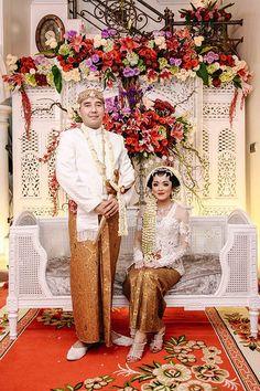 Pesta Pernikahan dengan Perpaduan Adat Jawa dan Melayu - IMG_5094 Javanese Wedding, Indonesian Wedding, Foto Wedding, Diy Wedding, Dream Wedding, Wedding Couple Poses, Wedding Couples, Flower Decorations, Wedding Decorations