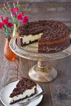 Sernik czarno- biały. Sernik na startym, kakaowym cieście kruchym, pokryty również tym samym ciastem. Masa serowa jest delikatna, wilgotna i...