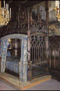 Gothic Bedroom......O.o O.o O.o to spend the night......