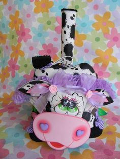 As mais lindas vaquinhas decorativas com moldes Cow Pattern, Crafts To Sell, Selling Crafts, Painting Patterns, Hello Kitty, Minnie Mouse, Give It To Me, Disney Characters, Fabric