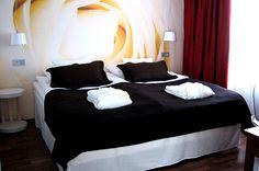 Sokos Hotel Vaakuna on viihtyisä ja nykyaikainen kaupunkihotelli kauppatorin varrella kaupungin keskustassa. Hotellissamme on monipuolinen 500 neliön ravintolamaailma. Lisäksi hotellissa on kokoustiloja sekä viihtyisät saunatilat. Huoneita hotellissa on yhteensä 146.
