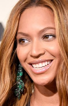 Check out Beyonce's gorgeous chandelier Emerald earrings! Luscious and shining green stones drape down for a dramatic effect at the 2015 Grammys.