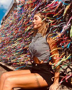 Andar com fé eu vou...📿🤞 Biker Chick Outfit, Beach Poses, Photos Tumblr, Insta Photo Ideas, Foto Pose, Tumblr Girls, Aesthetic Photo, Girl Poses, Model Photos