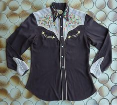 Chocolate brown w/ tan yokes & cuffs. Vintage Western Wear, Vintage Cowgirl, Chain Stitch Embroidery, Cowboy Outfits, Old Shirts, Fabric Tags, Western Shirts, Chocolate Brown, 1950s