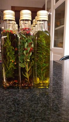 Azeite aromatizado Flavored Oils, Infused Oils, Vintage Bottles, Sauce Recipes, Food And Drink, Homemade, Vegetables, Flavored Olive Oil, Antipasto