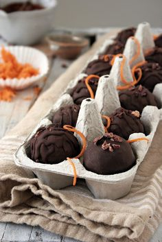 Carrot Cake Balls (Vegan, RAW) --- carrots, tart apple, dried shredded coconut , raisins,  pecans or walnuts, cinnamon, ground ginger, nutmeg, raw honey (or agave), raw nut butter (almond, pecan, walnut, cashew), lime juice, raw cocoa nibs Raw Desserts, Paleo Sweets, Paleo Dessert, Gluten Free Desserts, Healthy Desserts, Dessert Recipes, Easter Recipes, Fudge, Muffins