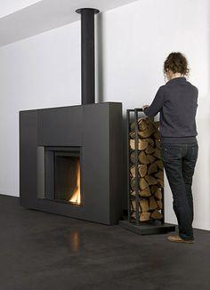 Stûv microMega. La chimenea lista para colocar Stûv microMega se posa sobre el suelo y se adosa a la pared. No se precisa ninguna obra de preparación, aparte de la instalación de un conducto de chimenea o de una conexión si ya existe un conducto. Diámetro del conducto: 180 mm Salida de humos hacia arriba: el conducto es visible. Stove Fireplace, Wood Fireplace, Modern Fireplace, Fireplace Surrounds, Wood Burner Stove, Log Burner, Wall Design, House Design, Next At Home