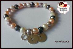 Pulsera de perlas cultivadas de varios colores y placas en plata 925 con dos iniciales. Preciosa!!!!
