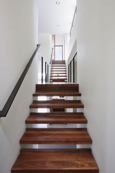 Comfortable Contemporary Natural Home Creating Modern Family House: Fascinating Floatig Staircase Design With Wooden Steps Installed Between. Wooden Staircases, Wooden Stairs, Modern Staircase, Staircase Design, Stair Design, Rustic Staircase, Stairways, Home Inside Design, Types Of Stairs
