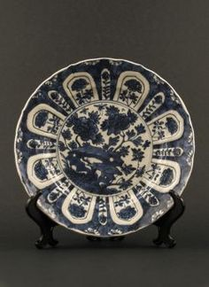 """Blue white """"Kraak"""" style plate. Kangxi (1662 - 1772) Thin """"Kraak"""" style export dish with decor of scholar's rock and peonies, cracked ice pattern and auspicious objects to the reverse #antique #chineseporcelain #blueandwhite"""