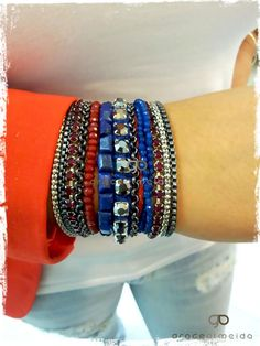 Pulseira imã prata Lapis Lazuli, num look com blazer colorido.