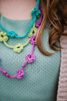 A simple, pretty and quick to hook necklace that's so easy to customise!Written with both UK and US terminology