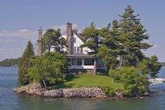 House in the 1000 Islands Mom and day's retirement home Beautiful Castles, Beautiful Homes, Beautiful Places, Lake Cabins, Cabins And Cottages, Tres Belle Photo, Photos Voyages, Cabins In The Woods, Canada