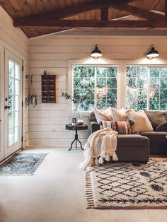 White color: meaning of color and how to use in decoration - Home Fashion Trend Home Living Room, Living Room Decor, Living Spaces, Cottage Style Living Room, Dining Room, Style At Home, Ship Lap Walls, New Wall, Living Room Inspiration