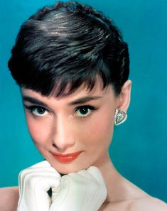 View yourself with Audrey Hepburn hairstyles and hair colors. View styling steps and see which Audrey Hepburn hairstyles suit you best. Style Audrey Hepburn, Audrey Hepburn Makeup, Audrey Hepburn Photos, Aubrey Hepburn, Katharine Hepburn, Maquillage Audrey Hepburn, Sabrina 1954, Celebrity Makeup Looks, Celebrity Beauty