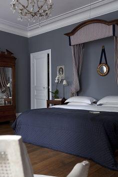Elegante y clasico dormitorio con dosel en tonos azules