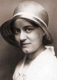 Hedwig Martius fue una de las primeras mujeres en Alemania en realizar estudios universitarios. Inicialmente estudió Literatura e Historia en Rostock y Friburgo. Después, a partir de 1909/1910, filosofía en Múnich con Moritz Geiger. En el semestre de invierno de 1911/1912 se trasladó a la universidad de Gotinga, donde entró a formar parte del grupo de estudiantes de Edmund Husserl. Posteriormente Edith Stein y Gerda Walther seguirían su ejemplo.