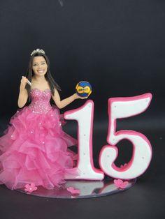 Topo de bolo debutante , confeccionado em biscuit , vestido em tecido . <br>todos os detalhes produzidos através de fotos da aniversariante