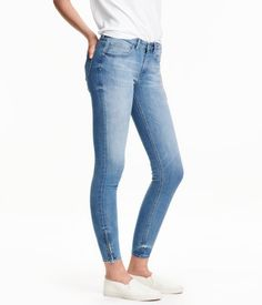 Light denim blue. 5-pocket, low-rise jeans in washed stretch denim with skinny, ankle-length legs. Concealed zip at hems.