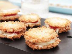 Delikata små kokoskakor som läggs ihop två och två och sedan fylls med en fräsch färskostblandning och jordgubbar. Snabbakat sommarfika som dessutom är glutenfritt!