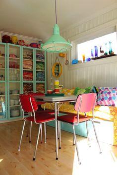 The Mint light --- Skjerstad: Kaster ett blikk ; Decoration Inspiration, Room Inspiration, Deco Cool, Dining Room Colors, Kitchen Colors, Design Websites, Retro Home, Home Fashion, Interiores Design