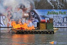31/31   Photo du water stunt show, Jim Bond H2O situé à Holiday-Park (Allemagne). Plus d'information sur notre site http://www.e-coasters.com !! Tous les meilleurs Parcs d'Attractions sur un seul site web !!