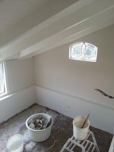 Glad pleisterwerk  zorgt voor dat zelfs de stal een sfeervolle ruimte wordt.