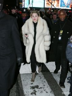 f Miley Cyrus Outfit, Mj, Fur Coat, Street Style, Jackets, Outfits, Fashion, Outfit, Moda