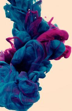 O artista italiano, Alberto Seveso, alcançou os belos efeitos nas fotos de seu último trabalho foi a mistura de duas tintas dentro da água e uma pincelada digital, para fazer o acabamento da obra no computador.