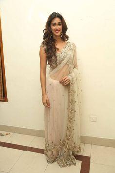 Disha Patani Stills In Saree At Audio Launch - Actress Album Bollywood Saree, Bollywood Fashion, Bollywood Actress, Indian Beauty Saree, Indian Sarees, Indian Dresses, Indian Outfits, Disha Patni, White Saree