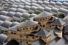 El edificio más grande de España, En Gijón, la bella capital de la Costa Verde. A sólo 3 kilómetros del centro de la ciudad se sitúa la impresionante Universidad Laboral de Gijón, un conjunto arquitectónico que suma 270000 metros cuadrados de superficie y 55000 de fachadas