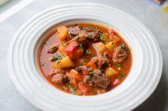 Gulasj er en av Ungarns nasjonalretter. Denne gryta tar tid å lage, men jobben er liten. Resultatet er en fantastisk gryte med en smaksrik tomatisert saus, møre biter av okse, deilig chorizo, røkt … Wok, Thai Red Curry, Stew, Spicy, Chorizo, Ethnic Recipes