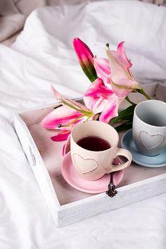 En güzel dekorasyon paylaşımları için Kadinika.com #kadinika #dekorasyon #decoration #woman #women tray with cup of hot tea in the bed