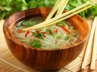 Asijská polévka  s rýžovými nudlemi a chilli