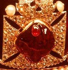 Las gemas más importantes que están engarzadas en la corona son: El rubí Príncipe Negro, de 170 quilates y cinco centímetros de longitud, está ubicado en el centro de la cruz frontal. Su primer propietario fue Abu Said, un Príncipe de Granada, que a mediados del siglo XIV perdió la vida, así como la joya y la corona, a manos de Pedro I el Cruel. El rubí quedaría depositado en el Monasterio de Santa María la Real de Nájera (España) y sería llevado a Inglaterra como botín por Eduardo Woodstock