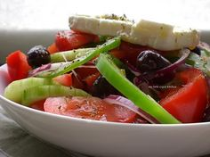 The salad that I accompany eighty percent of my dinner meals with, is a Horiatiki salad (Χωριάτικη Σαλάτα) or Greek salad as it is called . Sushi, Greek Salad Recipes, Pasta, Soup And Salad, I Foods, Love Food, Dinner Recipes, Healthy Eating, Vegetarian Food